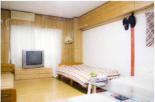 """四、Home stay——也就是留学生以家庭成员的形式借住在日本人家庭里,可以完完全全体验日本式的生活。一般这样的家庭都是留学生家长在日本的熟人或者朋友。但此种住宿形式在日本并不常见(特别是在大都市),日本人原则上不希望别人介入自己的家庭生活。 五、企业员工宿舍——财团法人""""留学生支援企业协力推进协会""""近些年来开始为留学生安排进入企业员工宿舍居住。但目前并不完善,只是针对一些优秀学生,一般留学生很难申请。在这种宿舍的最大好处就是可以"""