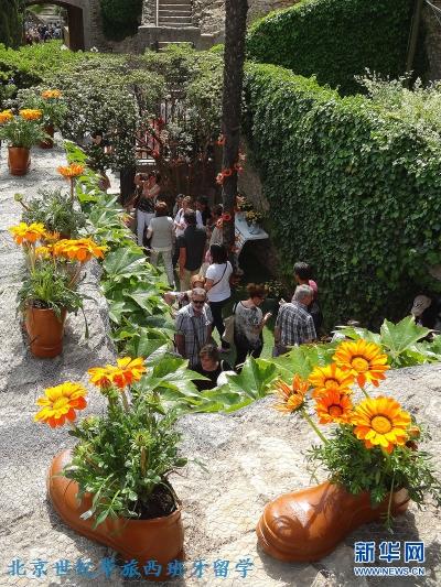 赫罗纳的人口大约为9万,一下涌来这么多参观者,平日里宁静的小城立刻变得热闹起来。