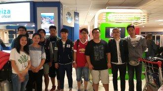 学生们抵达阿根廷机场
